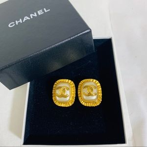 AUTHENTIC! CHANEL CLASSIC GOLD PEARL CLIP EARRINGS